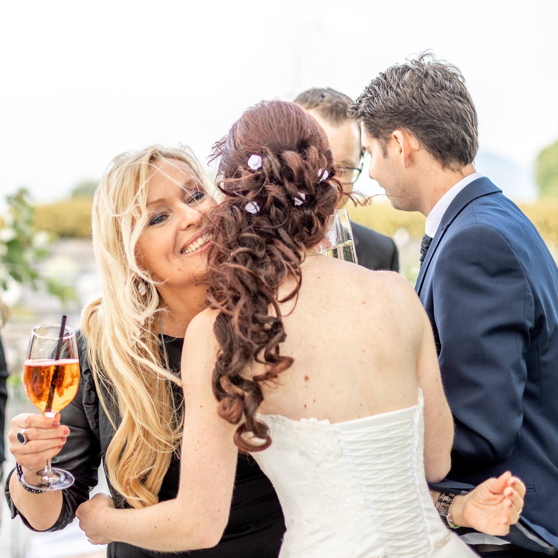 Hochzeitssängerin und Paar